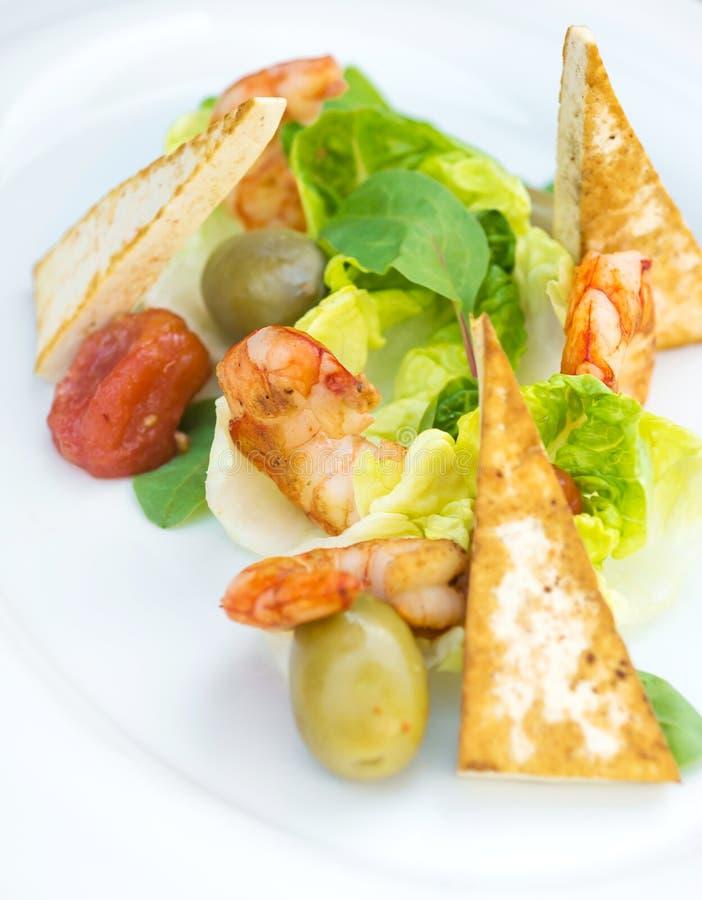 Salade de crevettes roses sur un fond en bois image libre de droits