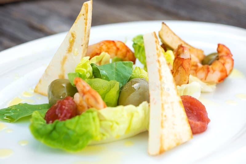 Salade de crevettes roses sur un fond en bois image stock