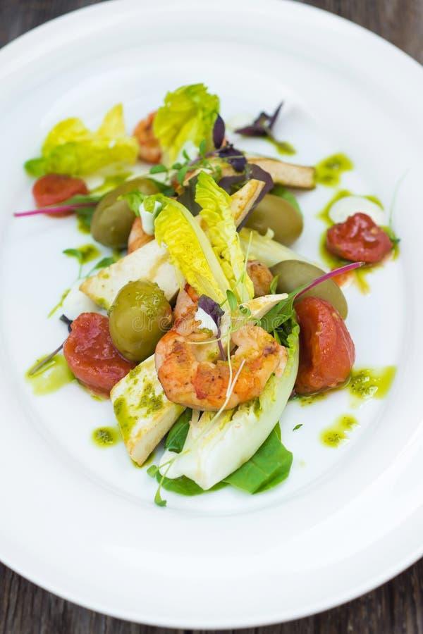 Salade de crevettes roses sur un fond en bois images stock