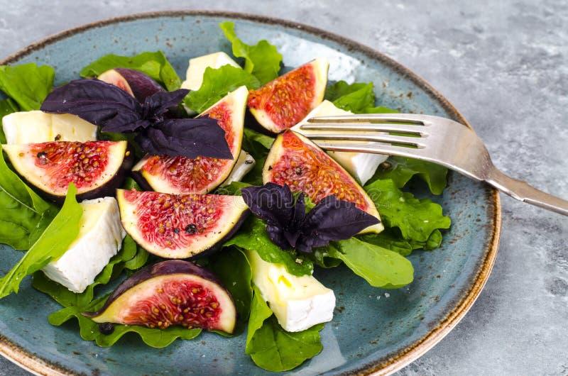 Salade de delicatessen avec figues et fromage sur fond bleu gris photo libre de droits