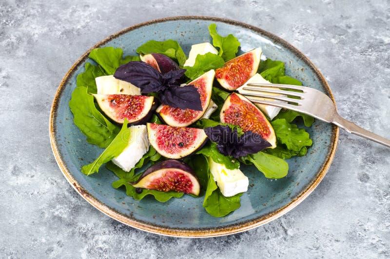 Salade de delicatessen avec figues et fromage sur fond bleu gris photos libres de droits