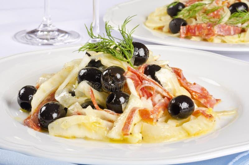 Salade de fenouil avec le salami épicé et les olives noires #1 photos libres de droits