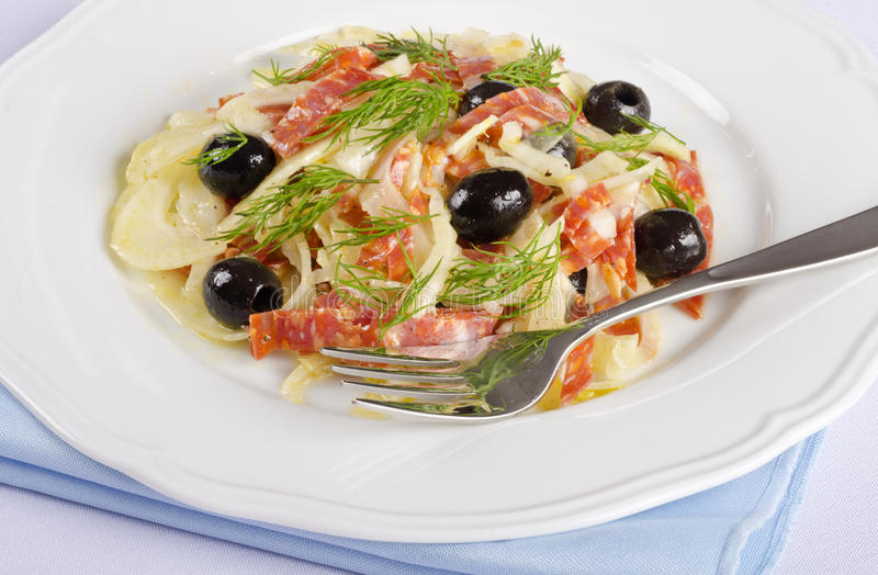 Salade de fenouil avec le salami épicé et les olives noires #4 photographie stock libre de droits