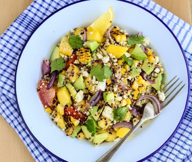 Salade de feta avec le quinoa et le maïs grillé images libres de droits