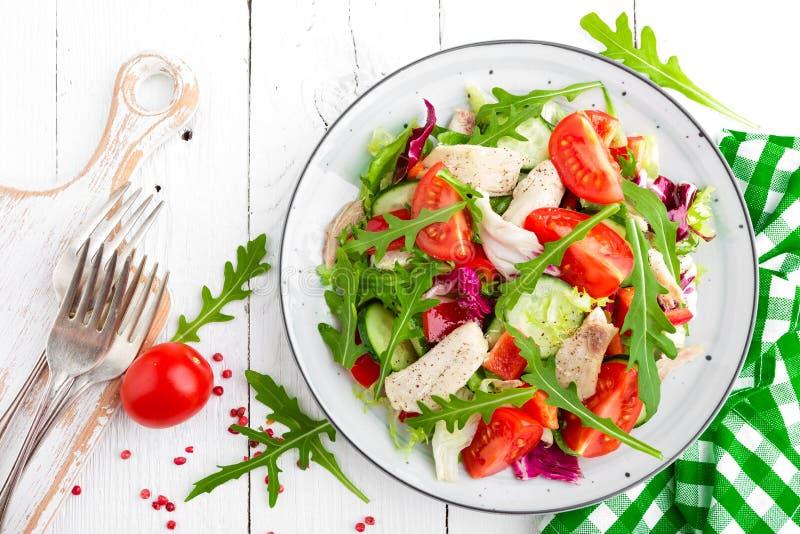 Salade de filet de poulet avec des feuilles de tomate, de laitue, de concombre et d'arugula Salade de légume frais avec de la via photo libre de droits