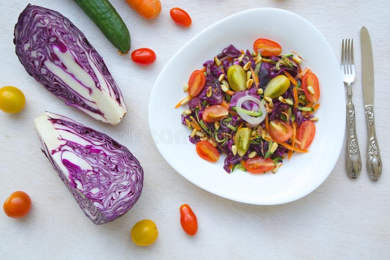 Salade de forme physique avec le chou pourpre image libre de droits