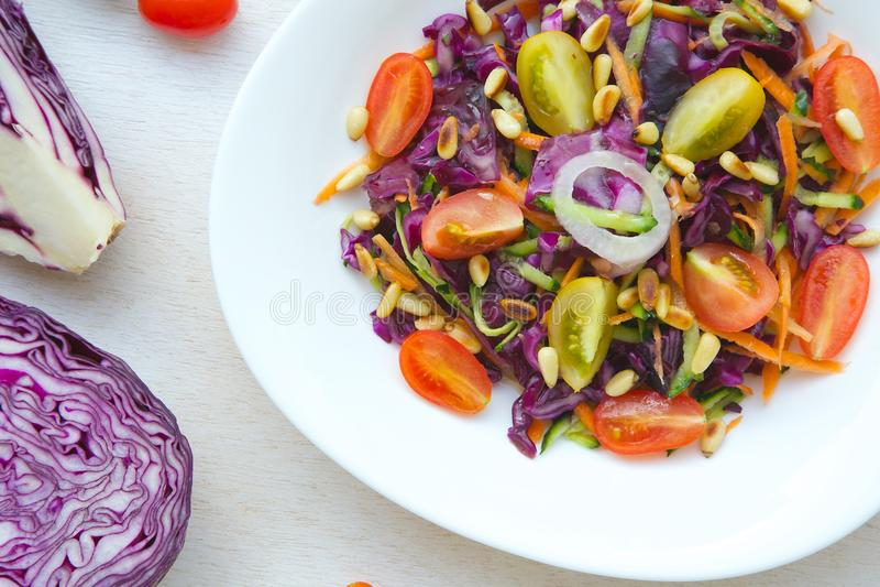 Salade de forme physique avec le chou pourpre image stock