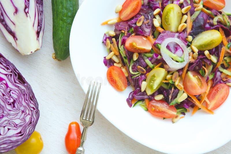 Salade de forme physique avec le chou pourpre photo stock