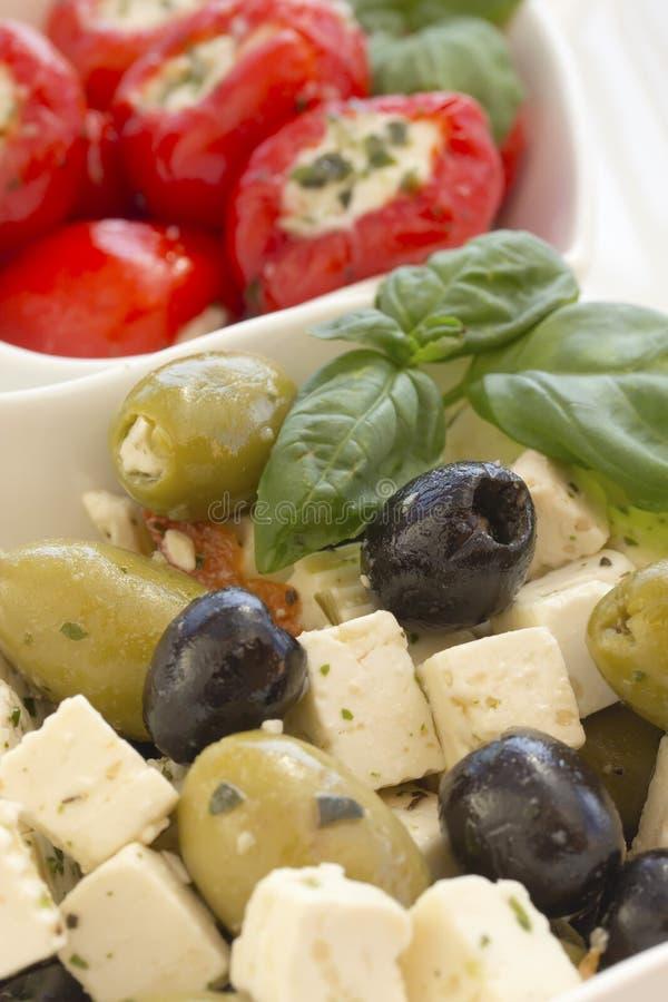 Salade de fromage d'olives noires et vertes. photographie stock