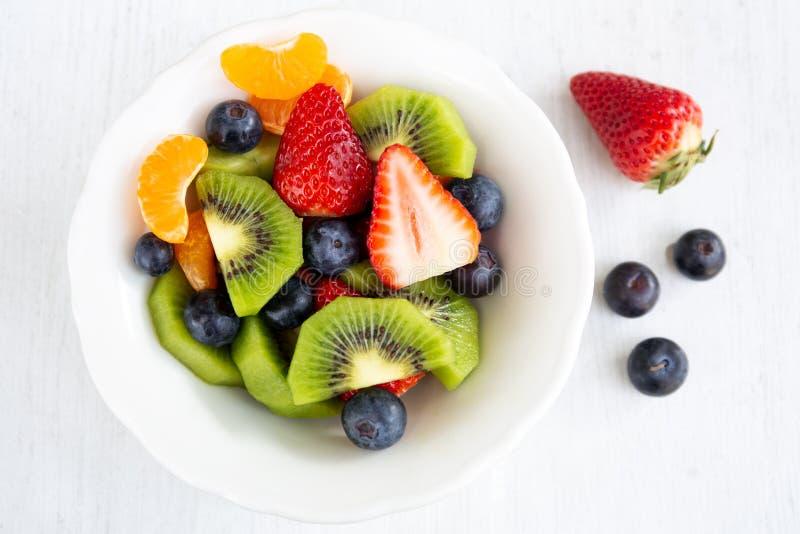 Salade de fruit frais dans un plat blanc images libres de droits