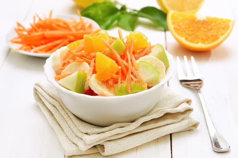 Salade de fruits avec dans la cuvette sur la table en bois blanche image stock