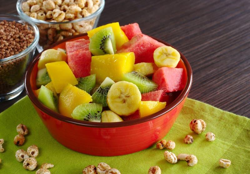 Salade de fruits avec des céréales image libre de droits