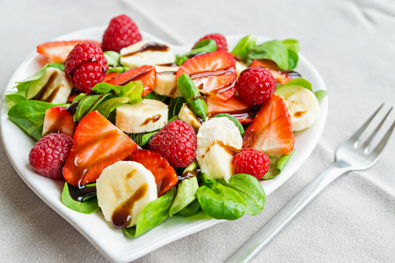 Salade de fruits avec des verts de salade photos libres de droits