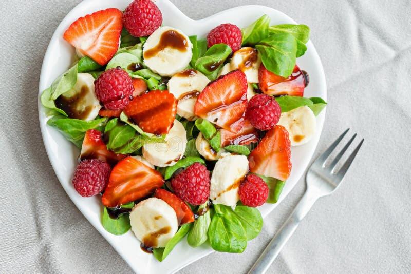 Salade de fruits avec des verts de salade photo stock