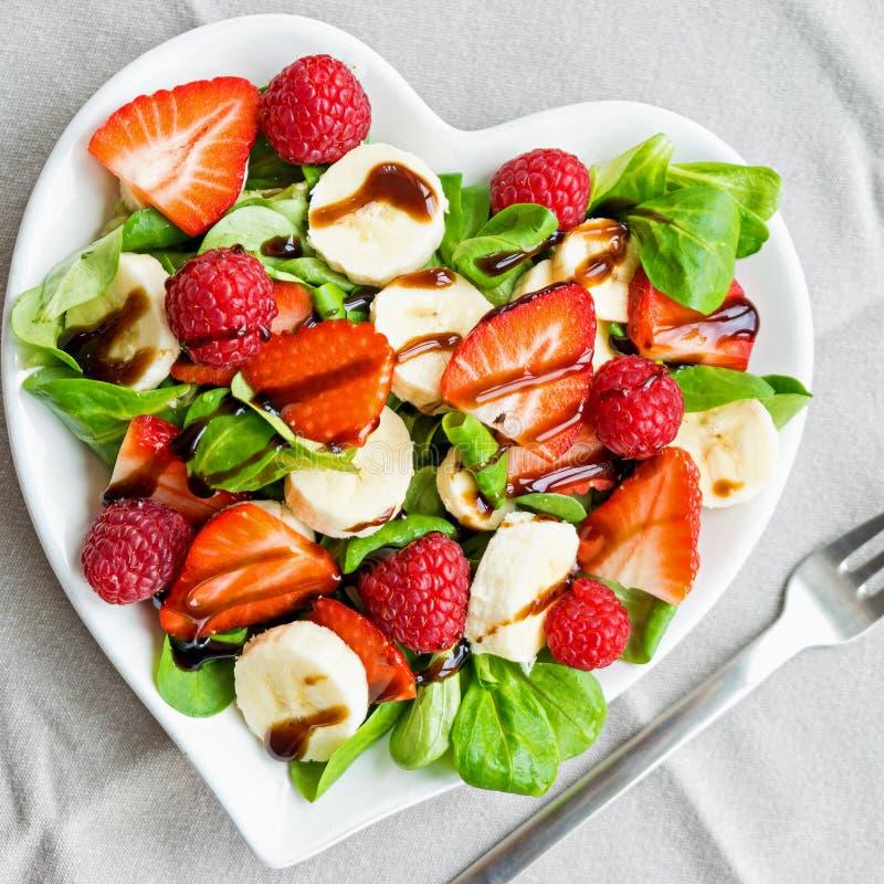 Salade de fruits avec des verts de salade photo libre de droits