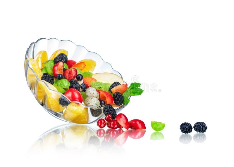Salade de fruits dans saladier en verre avec la réflexion photos stock