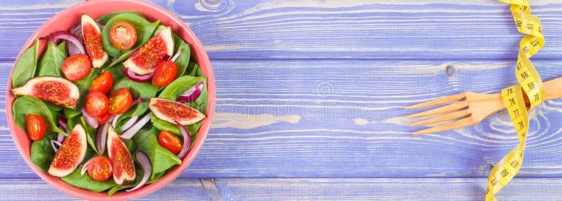 Salade de fruits et légumes, fourchette avec le concept de ruban métrique, de régime et de nutrition, l'espace de copie pour le t photos libres de droits
