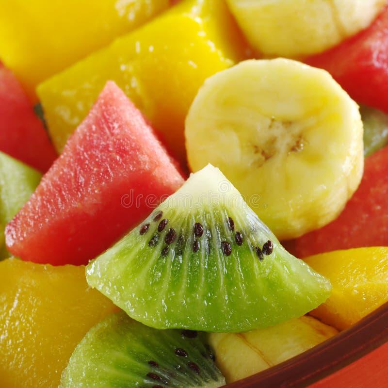 Salade de fruits fraîche : Kiwi, banane, pastèque, mangue image libre de droits