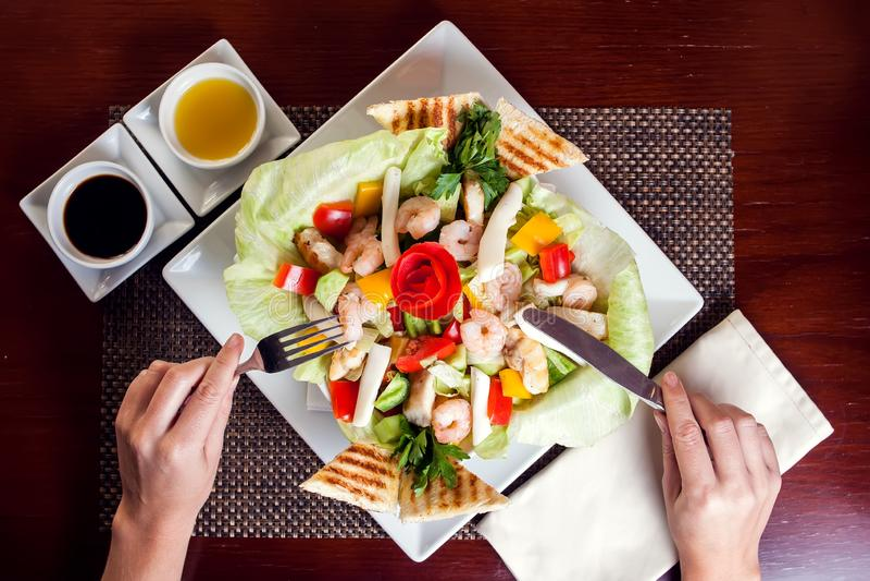Salade de fruits de mer avec des sauces du plat blanc Nourriture et concept de restaurant photo stock