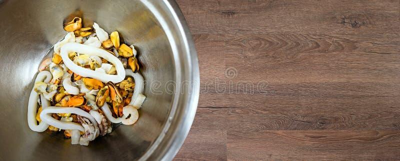 Salade de fruits de mer dans la cuvette en métal photos libres de droits