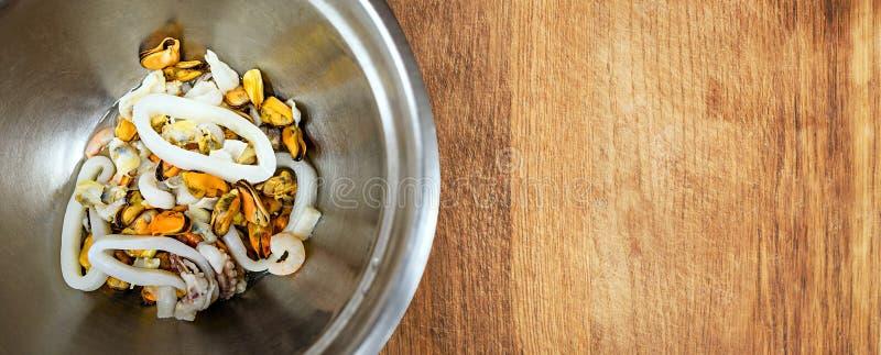 Salade de fruits de mer dans la cuvette en métal avec l'espace vide pour le texte photos libres de droits