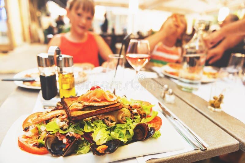 Salade de fruits de mer servie dans le restaurant images libres de droits