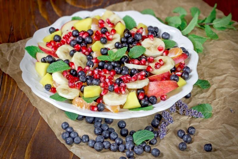 Salade de fruits - salade de fruits délicieuse avec le divers fruit frais dans le plat blanc photos libres de droits