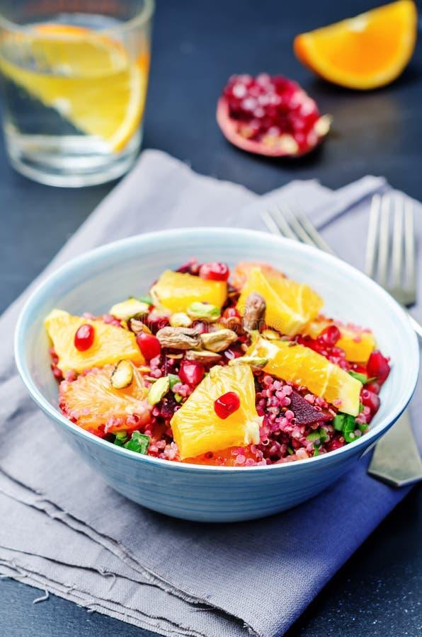 Salade de grenade de pistache de betterave de chilantro de quinoa image stock
