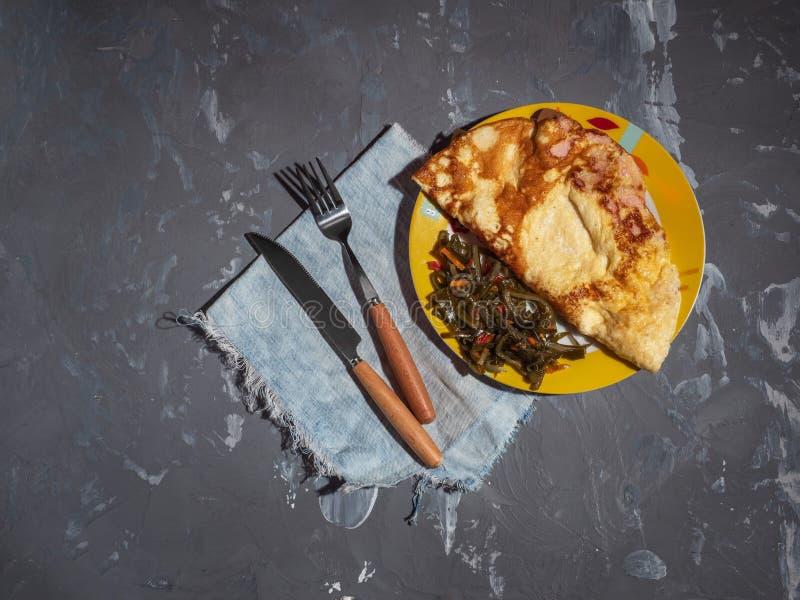 Salade de Ham Omelet Breakfast et d'algue, couverts photos stock