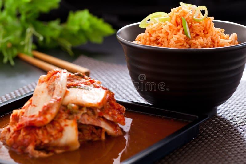 Salade de Kimchi avec du riz frit images stock
