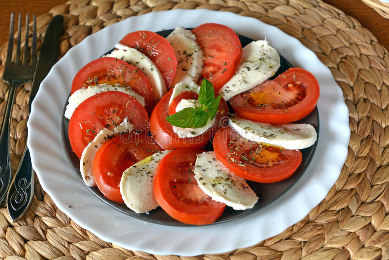 Salade de légume frais avec du mozzarella, la tomate et le basilic image libre de droits