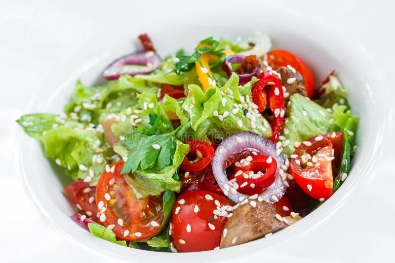 Salade de légume frais avec de la laitue, les champignons grillés, les tomates, les poivrons doux et les graines de sésame du pla photos stock