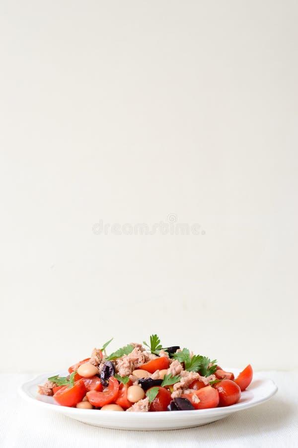 Salade de légume frais avec le thon photographie stock libre de droits