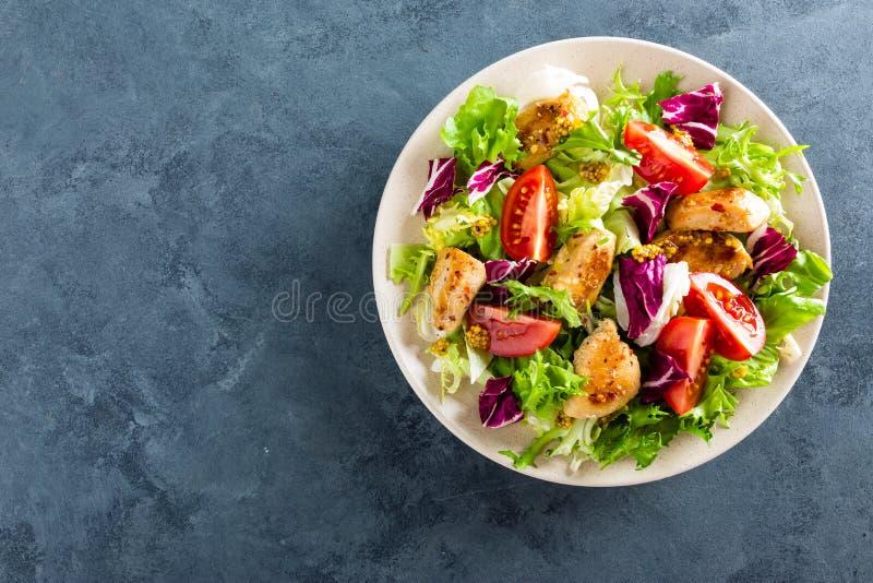 Salade de légume frais des tomates, des concombres, du mélange italien, de la laitue et de la viande grillée de poulet frit de bl image libre de droits