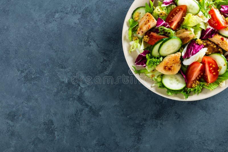 Salade de légume frais des tomates, des concombres, du mélange italien, de la laitue et de la viande grillée de poulet frit de bl images libres de droits