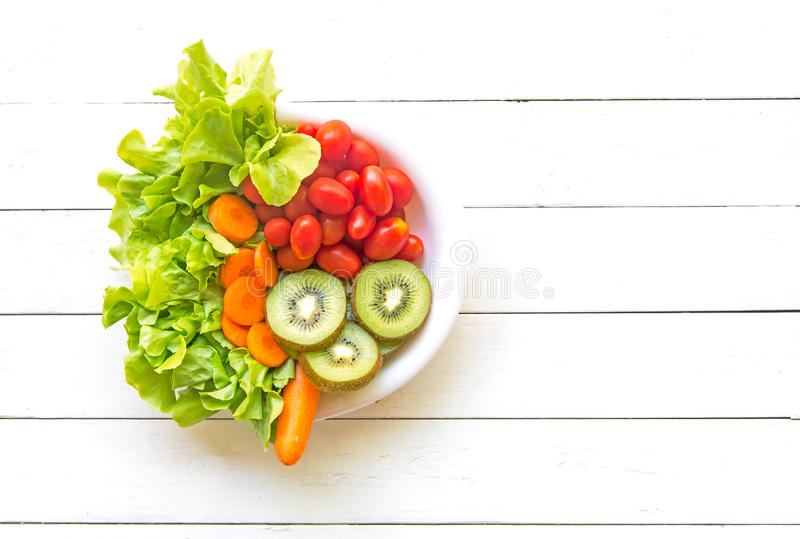 Salade de légume frais et nourriture saine pour le régime et la perte de poids sur le vieil en bois blanc photos stock