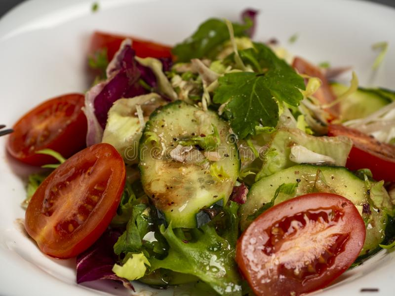 Salade de légume frais préparée avec l'huile et le vinaigre balsamique d'olive photo stock