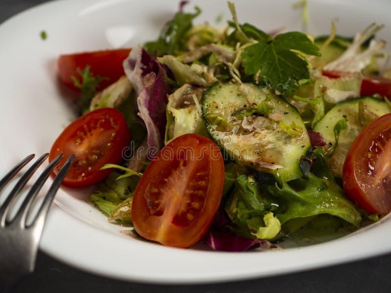 Salade de légume frais préparée avec l'huile et le vinaigre balsamique d'olive photos stock