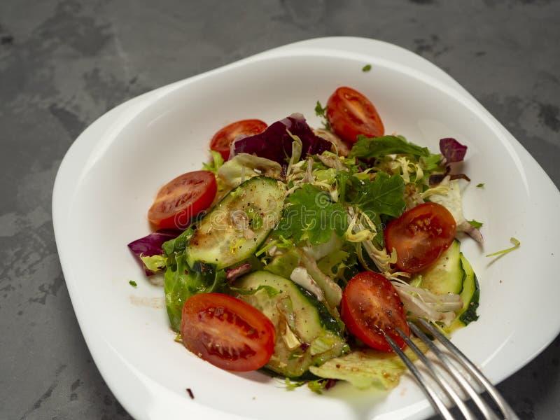 Salade de légume frais préparée avec l'huile et le vinaigre balsamique d'olive image libre de droits