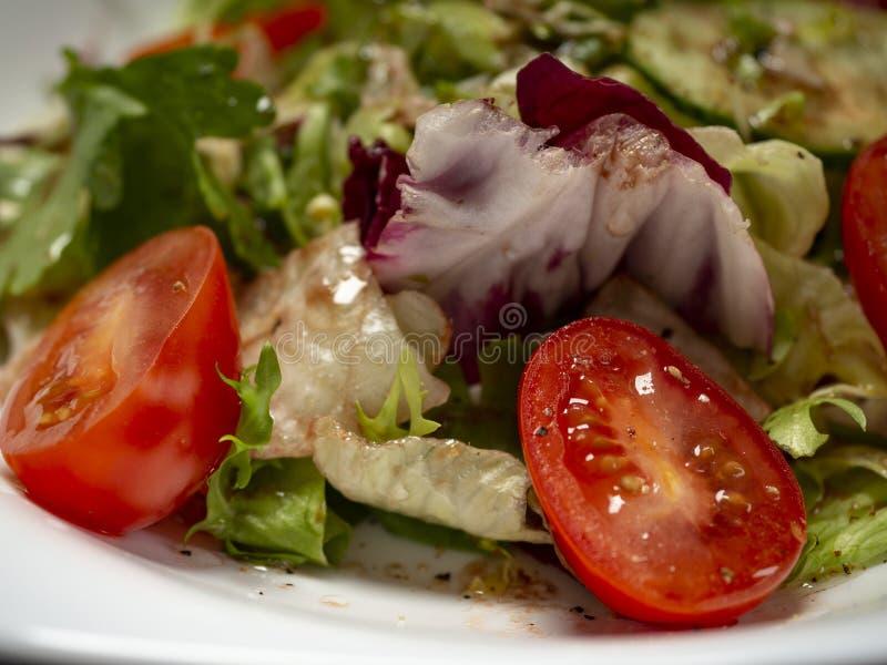Salade de légume frais préparée avec l'huile et le vinaigre balsamique d'olive image stock