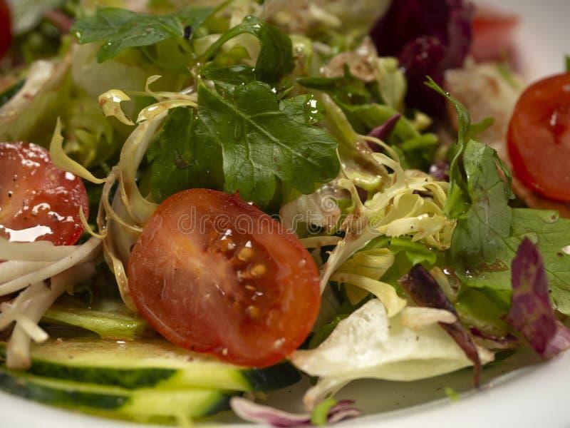 Salade de légume frais préparée avec l'huile et le vinaigre balsamique d'olive photos libres de droits