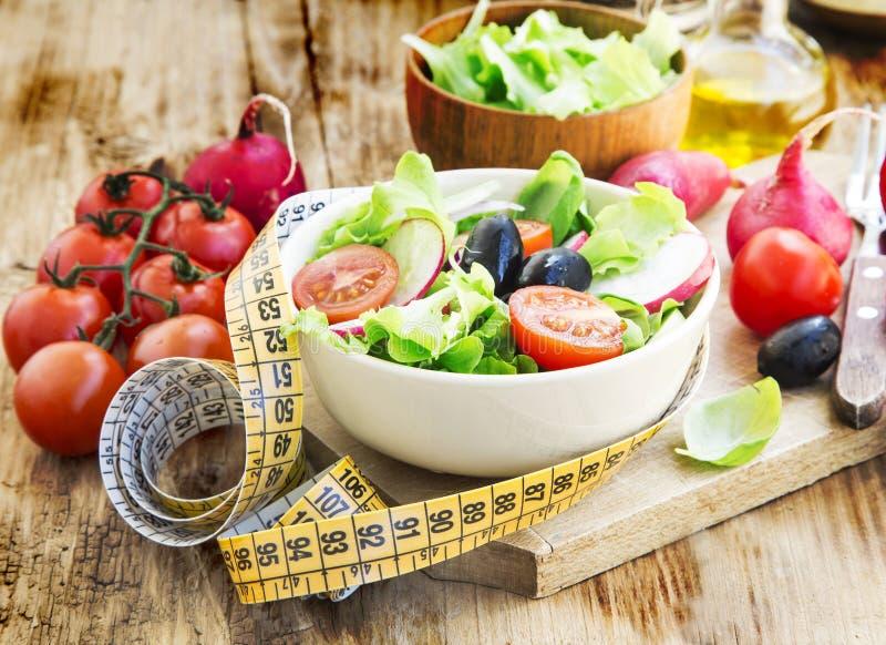 Salade de légumes avec la bande de mesure Concept de régime sain image libre de droits