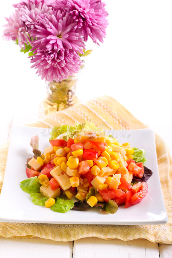 Salade de maïs, de tomate et de fromage photographie stock libre de droits