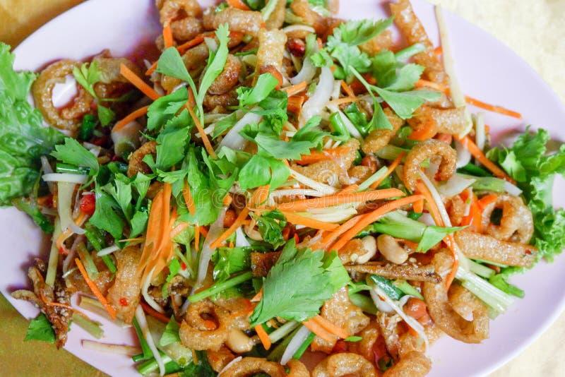Salade de mangue avec des poissons image stock