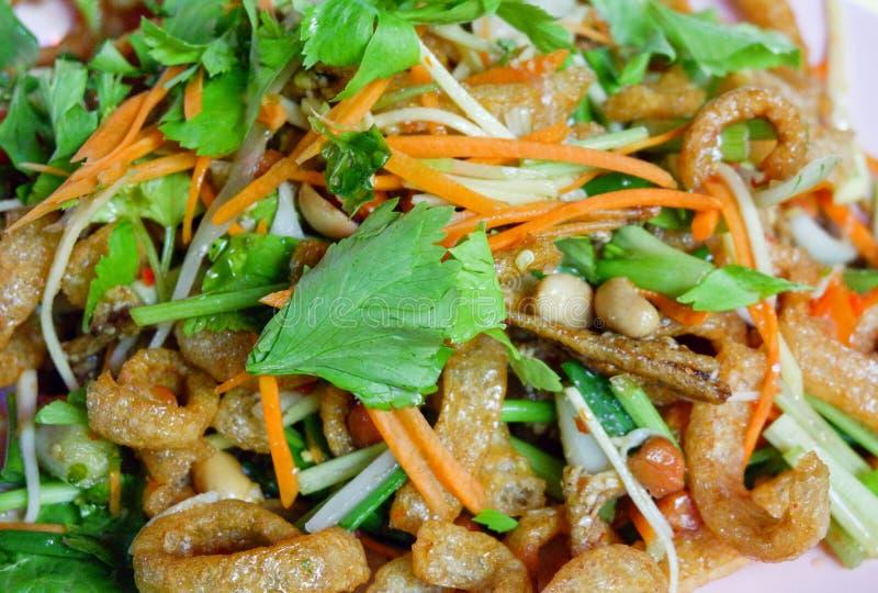 Salade de mangue avec des poissons images libres de droits