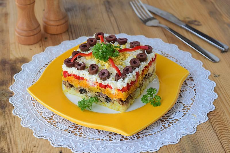 Salade de mimosa Traditionnel russe images stock