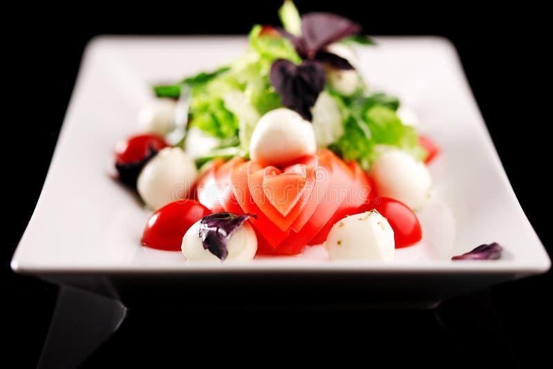 Salade de mozzarella de bébé de mélange de plat de restaurant image libre de droits