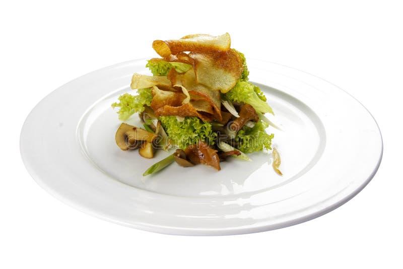 Salade de Munich avec des champignons et des pommes chips Plat v?g?tarien image libre de droits