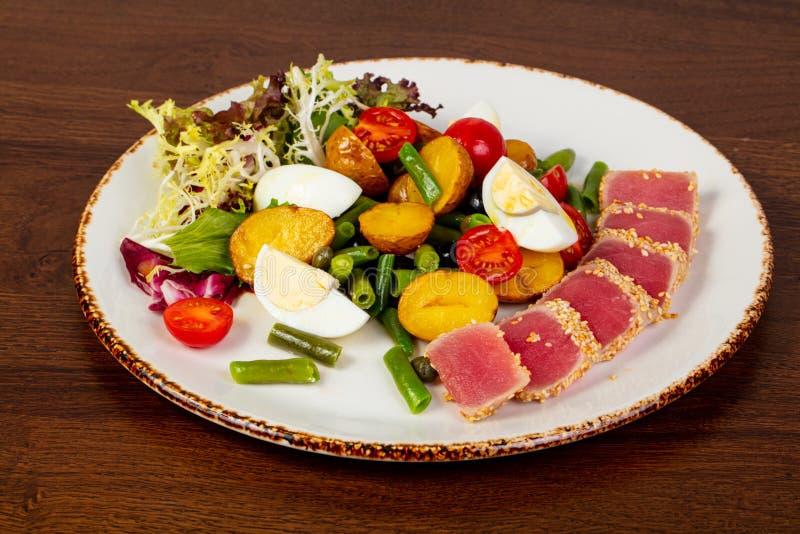 Salade de Nicoise avec le thon photo libre de droits