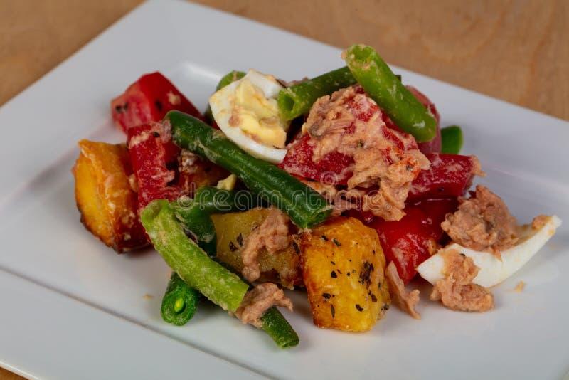 Salade de Nicoise avec le thon image stock